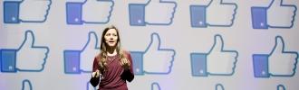 Ida Aalen holder foredrag, i bakgrunnen vises Facebooks liker-knapp
